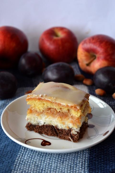 Jesienne ciasto jabłkowo-kokosowe z polewą chałwową