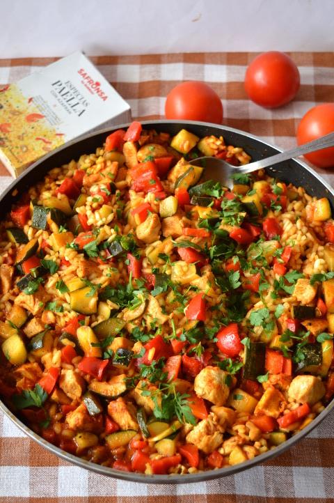 Prosta paella z kurczakiem i warzywami