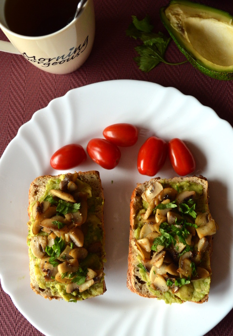 kanapka z awokado i pieczarkami
