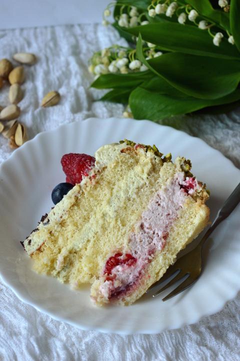 tort malinowo pistacjowy środek